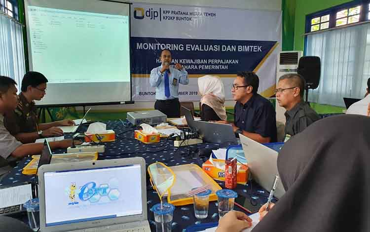 kepala KP2KP Buntok, Widanarko memberikan arahan terkait perpajakan