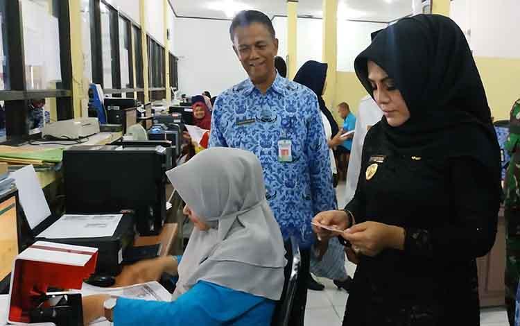 Wakil Bupati Seruyan Iswanti saat melihat proses percetakan Elektronik KPT di Disdukcapil Seruyan belum lama ini