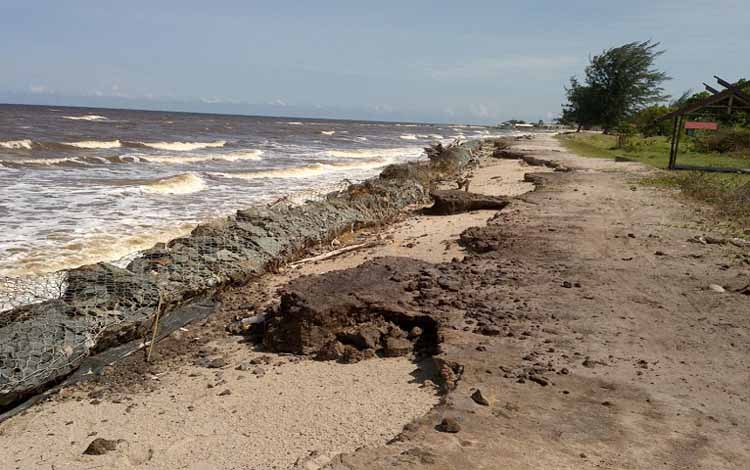 Kondisi abrasi Pantai Ujung Pandaran. Saat ini masih ada 28 kepala keluarga yang belum menempati rumah relokasi