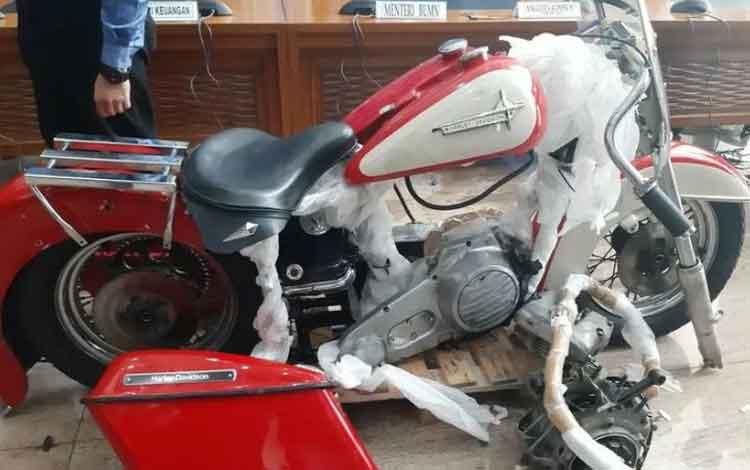 Motor Harley yang dibawa SAS dan diduga diselundupkan melalui pesawat baru Garuda diperlihatkan oleh Bea Cukai di Jakarta, Kamis (5/12/2019). ANTARA/Aji Cakti