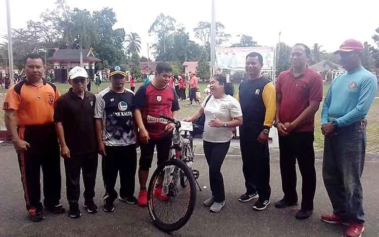Bupati Barito Timur dan Wakil, berfoto bersama peserta senam pagi bersama yang mendapatkan doorprize