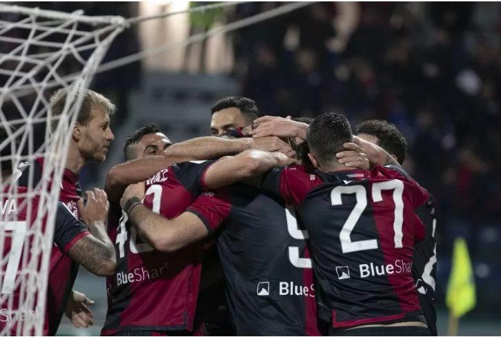 Para pemain Cagliari merayakan gol yang tercipta ke gawang Sampdoria dalam pertandingan Piala Italia