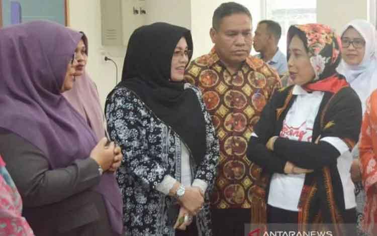 Menteri Pemberdayaan Perempuan dan Perlindungan Anak I Gusti Ayu Bintang Darmawati Puspayoga (kanan) saat berkunjung ke Pusat Pelayanan Terpadu Pemberdayaan Perempuan dan Anak (P2TP2A) Rumoh Putroe Aceh, Banda Aceh, Aceh, Kamis (5/12/2019). (ANTARA/Dewant