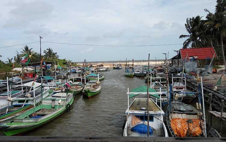 Kapal nelayan yang berada dimuara sungai di Kecamatan Pantai Lunci, Kabupaten Sukamara.
