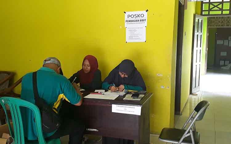 Posko penyerahan formulir di Kantor Dinas DLH Kobar, dimana persyaratan penerima bibit gratis diperketat untuk bahan evaluasi.