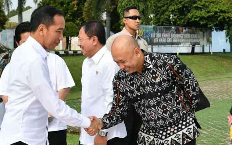 Presiden Joko Widodo menyalami Menteri Koperasi dan UKM Teten Masduki di Lanud Atang Senjaya, Bogor pada Jumat pagi (6/12/2019) saat hendak berangkat ke Cilegon, Banten melakukan kunjungan kerja. (BPMI Sekretariat Presiden)