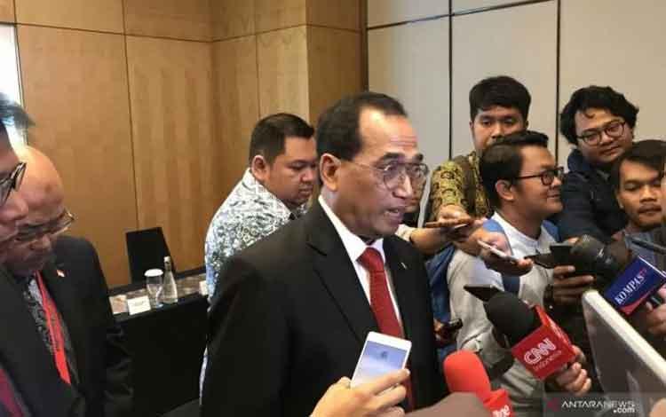 Menteri Perhubungan Budi Karya Sumadi memberikan keterangan kepada awak media terkait pelaksana tugas Dirut Garuda Indonesia di Jakarta, Jumat. (ANTARA/ Juwita Trisna Rahayu)