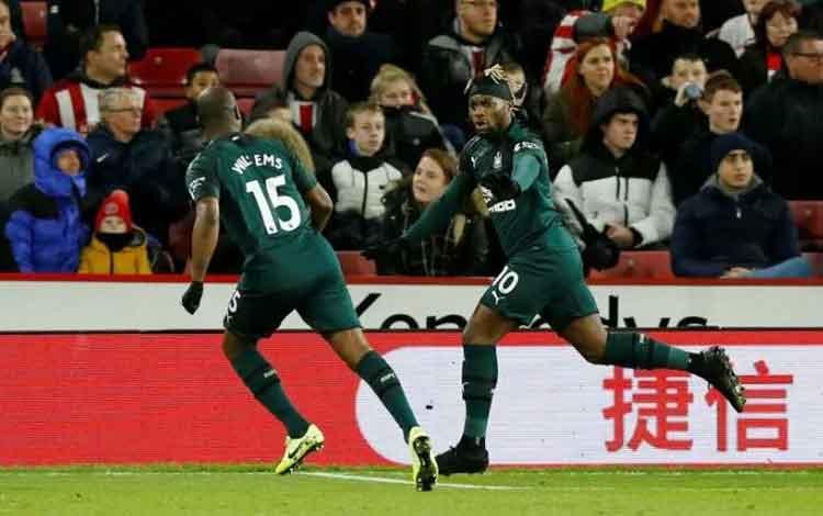 Pemain Newcastle United Allan Saint-Maximin merayakan gol pertama mereka bersama rekan setimnya saat timnya menang 2-0 melawan Sheffield United dalam pertandingan liga Inggris di Bramall Lane, Sheffield, Inggris, pada 5 Desember. (REUTERS/ANDREW YATES)