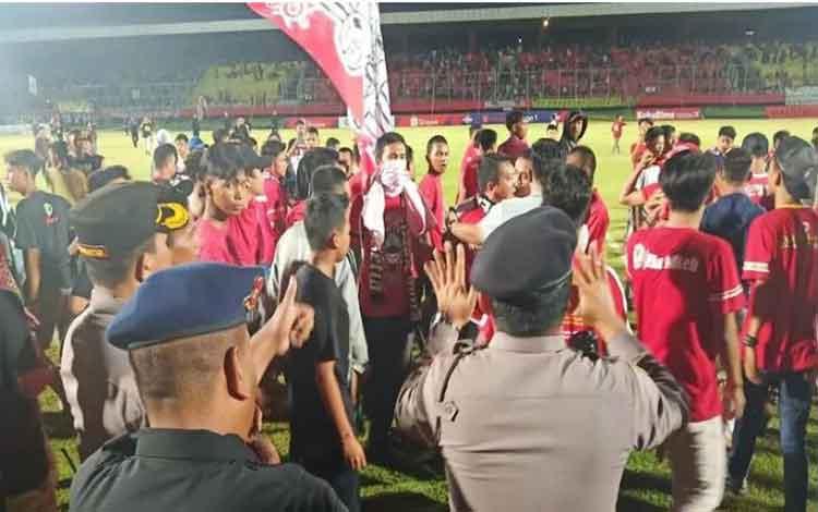 Ratusan suporter Kalteng Putra ricuh setelah tim kebangaannya mengalami kekalahan saat menghadapi tamunya Madura United di Stadion Tuah Pahoe Kota Palangka Raya, Jumat malam (6/12/19). (ANTARA/Adi Wibowo).