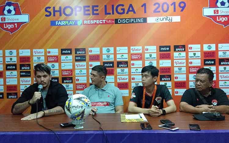 Davis Bala (kiri) menyampaikan bahwa dirinya tidak ditelantarkan Manajemen Kalteng Putra. Nampak di samping kanannya ada Pelatih, Gomes De Oliveira, Perwakilan Manajemen, Hasanuddin dan Andrew Borneo Janggoek.