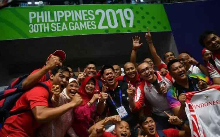 Ketua Umum Komite Olimpiade Indonesia Raja Sapta Oktohari (tengah) bersama Timnas polo air putra. Timnas polo air putra berhasil menduduki puncak klasemen dengan mengalahkan Malaysia 14-7 dan Singapura bermain imbang melawan Filipina dengan skor 6-6. ANTA