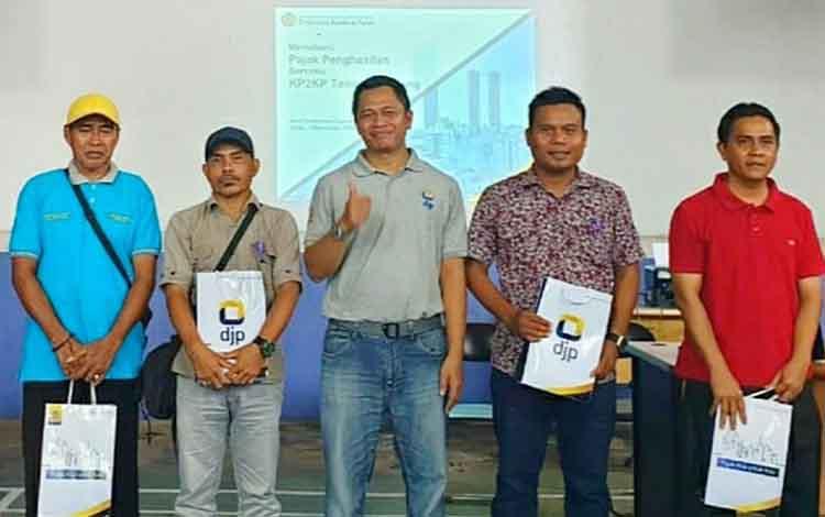 Kepala KP2KP Tamiang Layang Mawan Triantana foto bersama peserta Penyuluhan dan Dialog Perpajakan