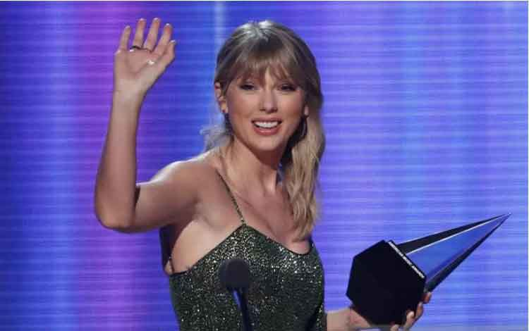 Penyanyi Taylor Swift menerima penghargaan Album Favorit Pop / Rock untuk albumnya berjudul Lover, mengalahkan Billie Eilish dan Ariana Grande pada ajang American Music Awards 2019 di Los Angeles, California, AS, Minggu (24/11/2019). ANTARA FOTO/REUTERS/M