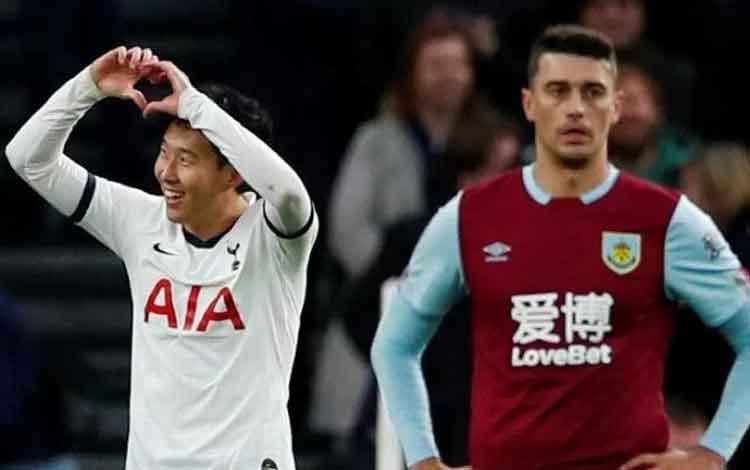Penyerang Tottenham Hotspur Son Heung-min (kiri) melakukan selebrasi usai mencetak gol ke gawang Burnley dalam lanjutan Liga Inggris di Stadion Tottenham Hotspur, London, Inggris, Sabtu (7/12/2019). (ANTARA/REUTERS/Eddie Keogh)