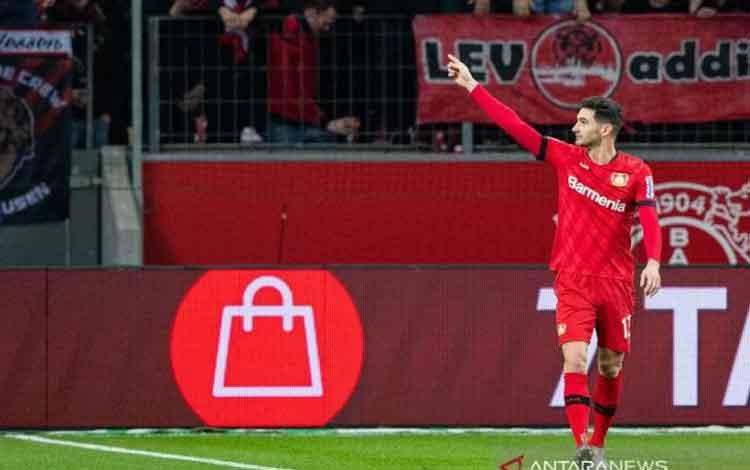 Penyerang Bayer Leverkusen Lucas Alario merayakan gol yang dicetaknya ke gawang Schalke 04 dalam pertandingan Liga Jerman yang dimainkan di BayArena, Leverkusen, Sabtu (7/12/2019). (ANTARA/AFP/GUIDO KIRCHNER)
