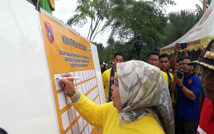 Bupati Kobar, Nurhidayah menandatangani 2 komitmen kesehatan dalam acara peringatan HKN ke 55 di Taman Kota Manis Pangkalan Bun, Minggu 8 Desember 2019