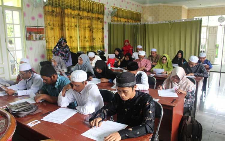 Calon penyuluh agama Islam non PNS Kemenag Kapuas mengikuti tes tertulis dan wawancara, Minggu 8 Desember 2019