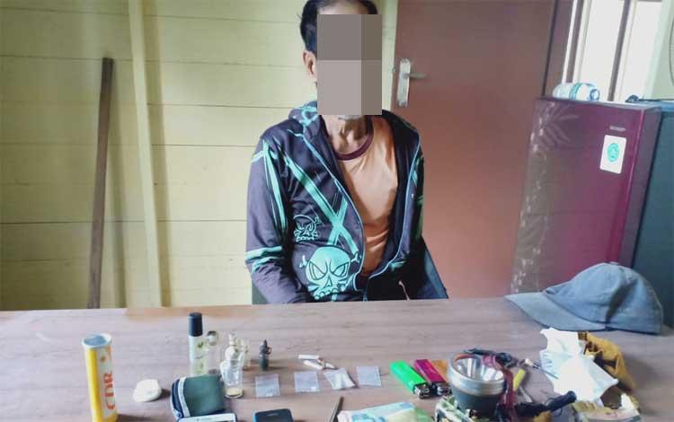 Kakek pengedar sabu yang sudah diamankan di Polsek Sumber Barito, Minggu, 8 Desember 2019