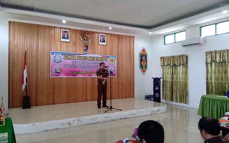 Kepala Kejaksaan Negeri Gunung Mas, Koswara membuka lomba pidoto anti Korupsi dalam rangka Hari Anti Korupsi
