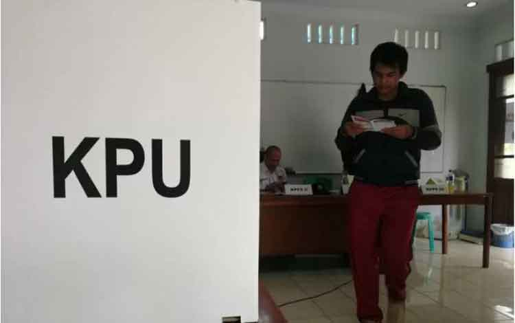 Ilustrasi warga melaksanakan hak politiknya menuju bilik suara pada Pemilu serentak 2019. ANTARA/Zuh
