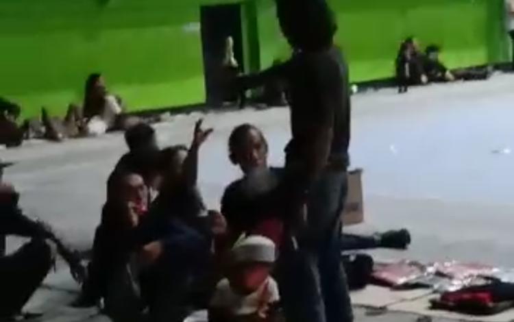Potongan video seorang anak punk saat memberikan botol minuman kepada teman-temannya. Diduga saat itu berlangsung pesta minuman keras.