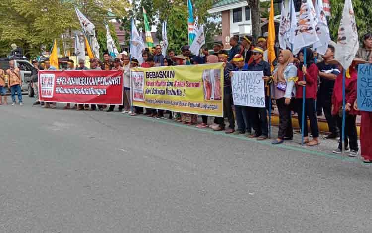 ratusan massa mengadakan aski membela peladang yang ditangkap karena Karhutla. Mereka demo depan Kantor Pengadilan Negeri Pangkalan Bun, Senin 9 Desember 2019