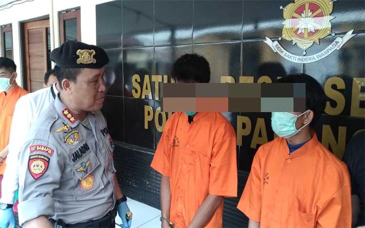Para pelaku penganiayaan saat diinterogasi oleh Kapolres Palangka Raya Kombes Dwi Tunggal Jaladri