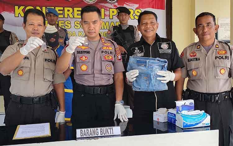 Kapolres Sukamara saat menunjukkan barang bukti atas pengungkapan nelayan penggunaan sabu di Kecamatan Pantai Lunci, Kabupaten Sukamara.