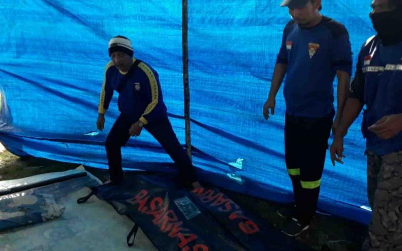 Jasad Imik (78) lansia yang tenggelam di sungai Desa Pantai, Kapuas Barat, saat dievakuasi tim gabungan.