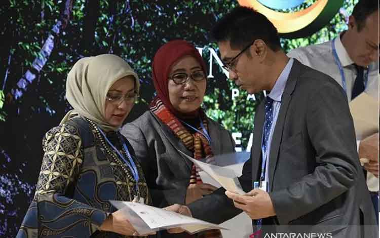 Ketua Penyelenggara Indonesia Paviliun Agus Justianto (kanan) menyerahkan sertifikat kepada Deputi bidang Koordinasi Pangan dan Pertanian Kementerian Koordinator bidang Perekonomian Musdalifah Machmud (kiri). (ANTARA FOTO/Saptono)