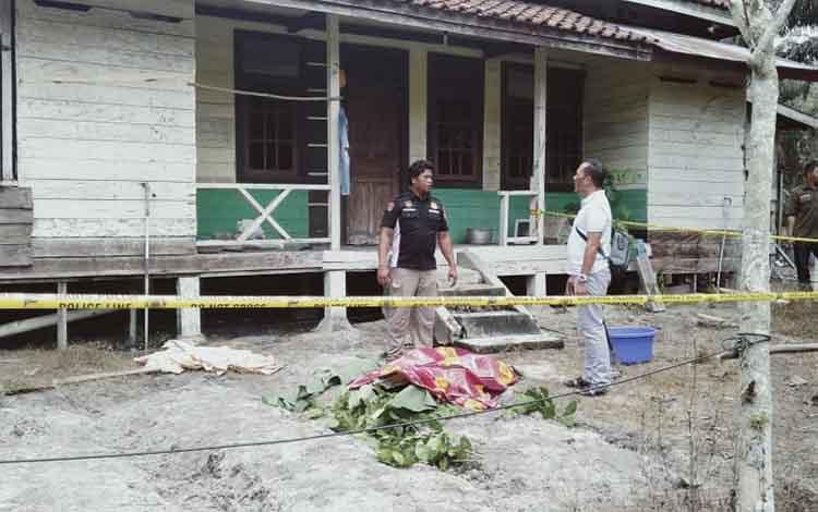 Kapolsek Cempaga Hulu, Ipda Rahmad Tuah, memeriksa lokasi pembunuhan yang dilakukan suami terhadap istri. Saat ini tersangka dirawat di RSUD Doris Silvanus dengan penjagaan ketat, Selasa, 10 Desember 2019.