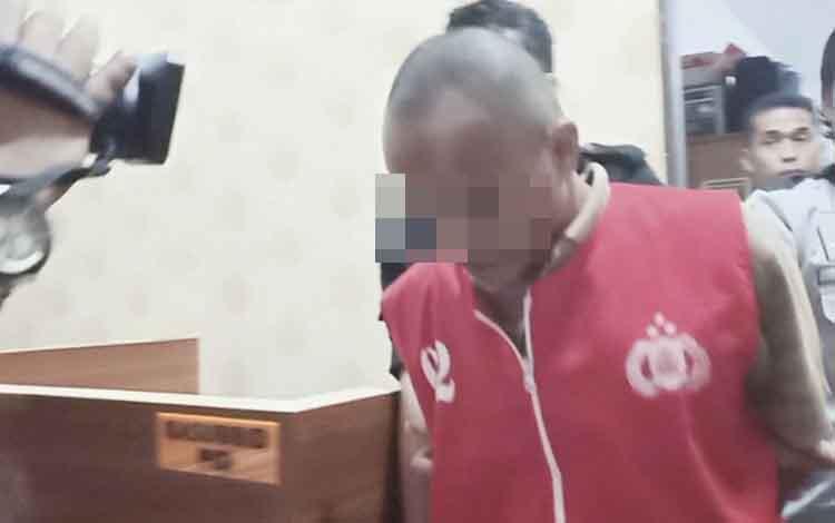 Tersangka pelaku pencabulan dan pemenggalan kepala bocah SD di Katingan Hulu saat dihadirkan dalam rilis di Polda Kalteng, Selasa 10 Desember 2019