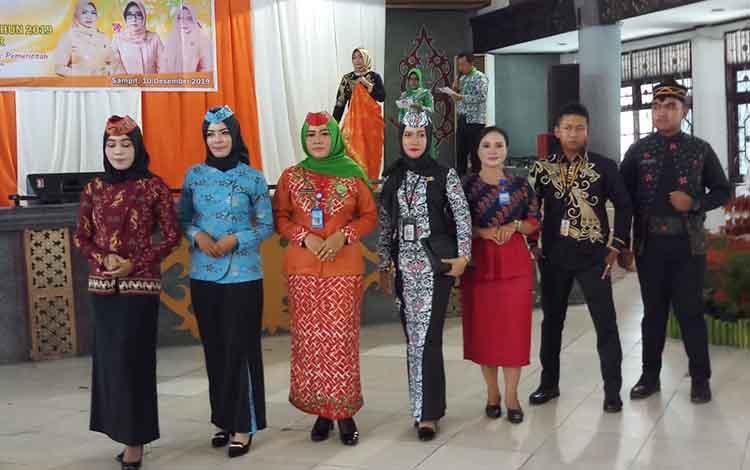 Sejumlah ASN di Kotim saat paradekan pakaian batik Kotim. Batik Kotim sendiri diharapkan dikenal luas masyarakat, Selasa, 10 Desember 2019.