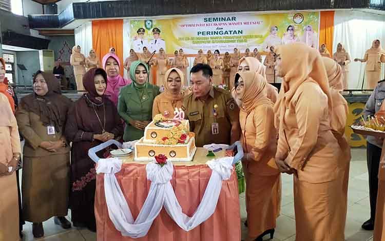 Sekda Kotim Halikinnor meniup lilin HUT DWP. Dia menuntut anggota DWP berperan aktif dalam pembangunan, Selasa 10 Desember 2019