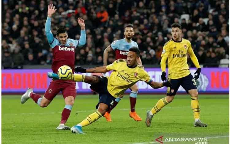 Penyerang Arsenal Pierre-Emerick Aubameyang melepaskan sepakan voli untuk mencetak gol ketiga The Gunners ke gawang West Ham dalam laga terakhir pekan ke-16 Liga Inggris di London Stadium, Senin (9/12/2019) atau Selasa dini hari WIB.