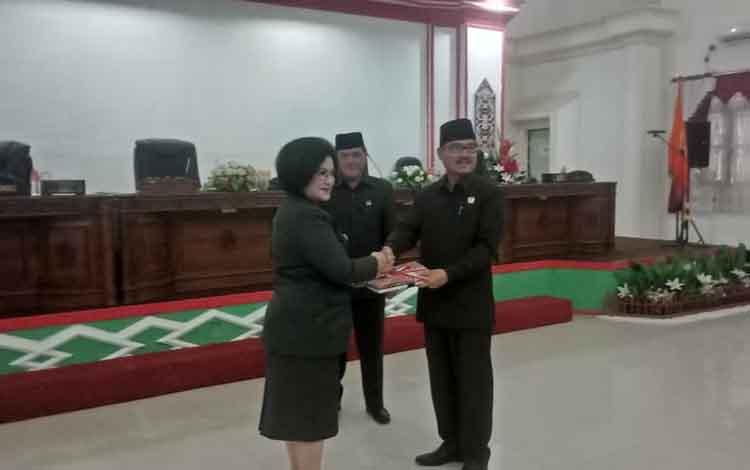 Wakil Bupati menyerahkan draf 3 Raperda kepada Ketua DPRD Barito Selatan