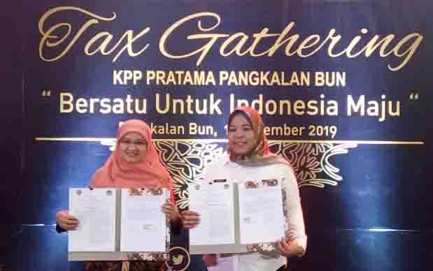 Bupati Kobar, Nurhidayah dan Kepala KPP Pratama Pangkalan Bun, Dahlia, memperlihatkan MoU yang ditandatangani, Rabu 11 Desember 2019.