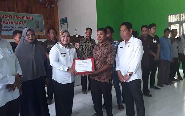 Bupati Kobar, Nurhidayah menyerahkan bantuan kepada pelaku usaha perikanan, guna memajukan usaha sektor perikanan di Balai Desa Keraya, Kecamatan Kumai, Rabu, 11 Desember 2019