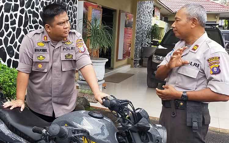 Kapolres Kotim AKBP Mohammad Rommel saat berbincang dengan anggotanya. Saat ini polisi masih mencari pembuat uang palsu, Rabu, 11 Desember 2019