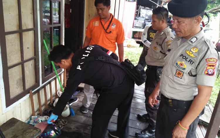 Piket SPKT Polresta Palangka Raya saat melakukan olah TKP di rumah korban yang dibobol maling di Jalan Garuda, Rabu 11 Desember 2019
