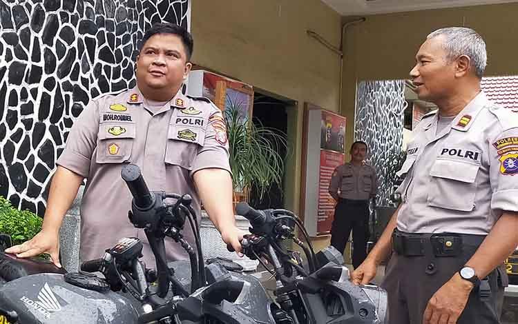 Kapolres Kotim AKBP Mohammad Rommel berbincang dengan salah satu perwira. Saat ini polisi periksa 4 saksi terkait dengan pembunuhan istri di Desa Pundu, Rabu, 11 Desember 2019.