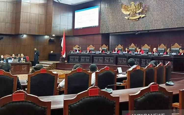 Suasana sidang pembacaan putusan terkait gugatan Undang-Undang Nomor 10 Tahun 2016 tentang Pilkada y