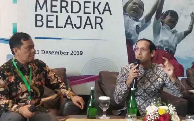 Mendikbud Nadiem Anwar Makarim (kiri) memberikan pernyataan pada media di Jakarta, Rabu. ANTARA/ Indriani