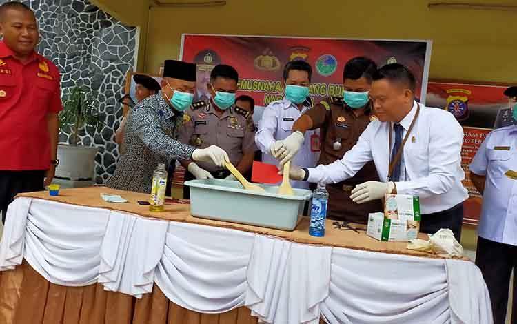 Polres Kotim melakukan pemusnahan barang bukti sabu. Polisi meringkus 22 orang bandar narkoba selama operasi antik telabang 2019
