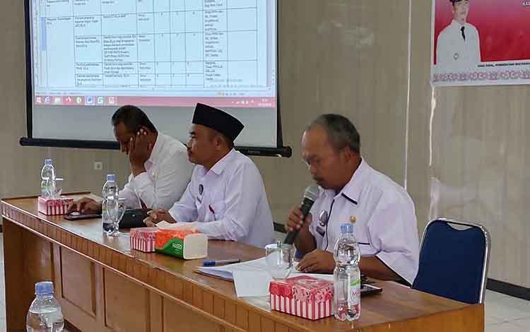 Rapat pengisian indikator evaluasi Kabupaten Layak Anak (KLA) di aula DPKAD Sukamara, Rabu, 11 Desember 2019.