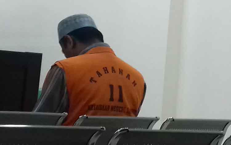 Agus Mulyanto terdakwa kasus asusila saat sidang di Pengadilan Negeri Sampit
