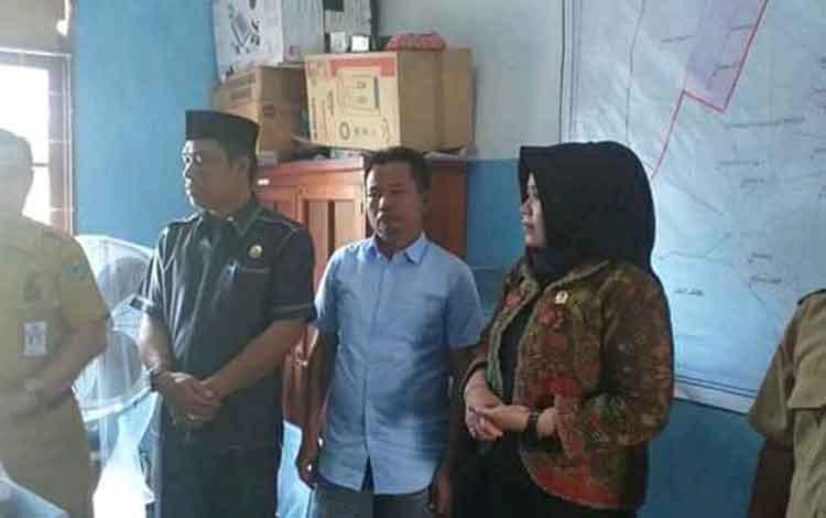 Suasana saat Komisi I DPRD Kabupaten Kapuas melakukan kunjungan ke Kantor Kecamatan Kapuas Kuala untuk melakukan monitoring pelayanan publik