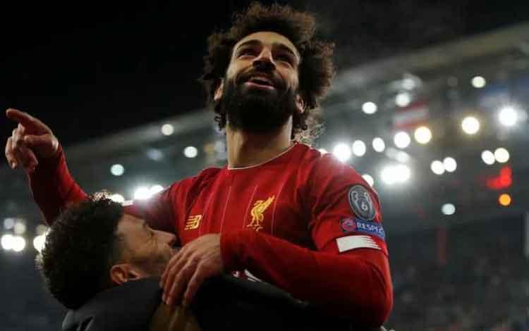 Pemain Liverpool Mohamed Salah merayakan golnya bersama Alex Oxlade-Chamberlain dalam pertandingan Liga Champions melawan FC Salzburg di Red Bull Arena, Salzburg, Austria, 10 Desember 2019. (Action Images via Reuters/JOHN SIBLEY)