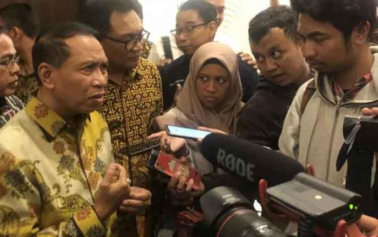 Menteri Pemuda dan Olahraga Zainudin Amali (kiri) pada saat memberikan keterangan kepada awak media, di Kota Malang, Jawa Timur, Rabu (11/12/2019). (ANTARA/Vicki Febrianto)