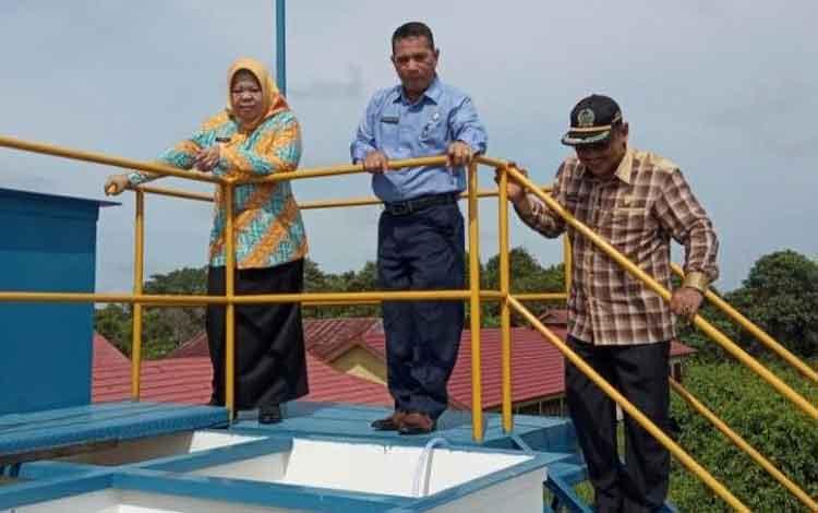 Bupati Kobar Nurhidayah bersama Dkrektur PDAM Tirta Arut Kobar Sapriansyah dan Ketua DPRD Kobar Rusdi Gozali sedang meninjau instalasi pengolahan air Unit Mendawai Seberang, Kamis, 12 Desember 2019